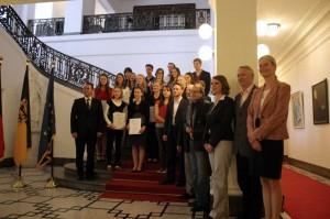 Preisträgerinnen udn Preisträger mit Minister Friedrich