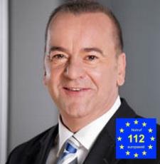 Innenminister Boris Pistorius mit Notruflogo-230