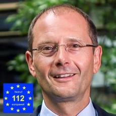 Staatsminister Markus Ulbig mit Notruflogo-230